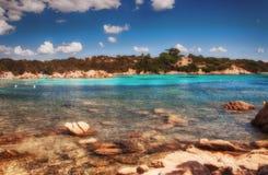 Цена esmerald пляжа capriccioli ландшафта Сардинии стоковые фотографии rf