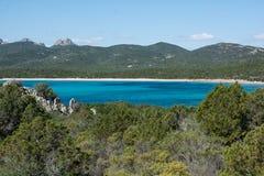 цена esmerald Сардинии пляжа ruja petra Стоковое фото RF