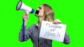 Цензированная женщина со связанным тесьмой ртом пробуя поговорить
