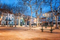 Центральная площадь в St Tropez, Франции, светах города и ноче il стоковое изображение rf