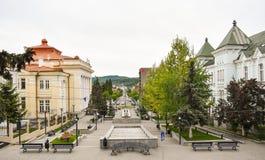 Центральная площадь с конкретной мостовой в центре города современного города Ramnicu Valcea Румынское назначение перемещения Ram стоковая фотография