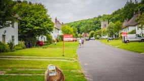 Центральная улица в деревне Мильтон Аббасе сельской местности средневековой, Великобритании стоковые фото