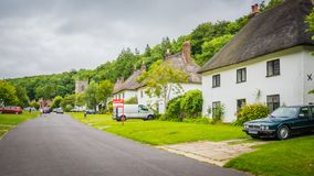 Центральная улица в деревне Мильтон Аббасе сельской местности средневековой, Великобритании стоковые фотографии rf
