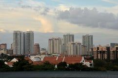 Центральное Сингапур строя горизонт с башней часов Стоковое Изображение