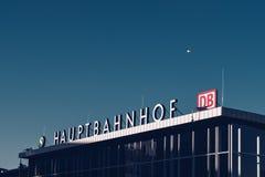 Центральный железнодорожный вокзал - Hauptbahnhof - в Кёльне Германии стоковые фотографии rf