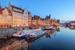 Центральная набережная Гданьска на сумерк, Польша стоковые изображения