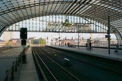 Центральная станция Берлина. Железнодорожная платформа. Стоковое Изображение RF