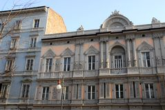 Центральная часть фасада элегантного дворца в Триесте Friuli Venezia Giulia (Италия) Стоковое Фото