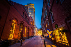 Центральный рынок и переулок на ноче, в городском Ланкастере, pe Стоковые Изображения