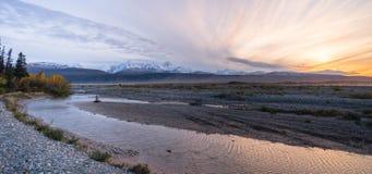Централь Аляска реки Gulkana горной цепи восхода солнца Стоковые Изображения