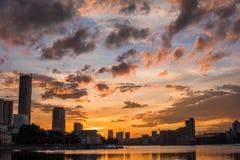 Центр города Екатеринбурга на заходе солнца Взгляд пруда города, изумительный clo Стоковое Изображение RF