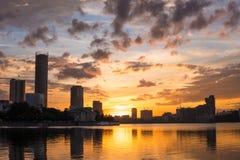 Центр города Екатеринбурга на заходе солнца Взгляд пруда города, изумительный clo Стоковые Фото