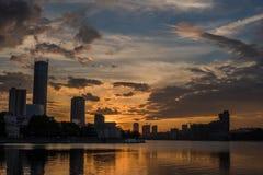 Центр города Екатеринбурга на заходе солнца Взгляд пруда города, изумительный clo Стоковые Изображения RF