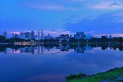 Центр города Куалаа-Лумпур, озеро Titiwangsa, Куала-Лумпур, Малайзия стоковое изображение