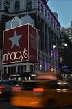 Центр города Манхаттан Macys квадрата глашатого ` s Нью-Йорка Macy освещает автомобили движения вечера стоковая фотография