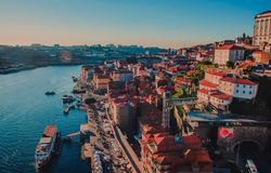 Центр города Порту на взгляде сверху городского пейзажа реки Дуэро стоковое фото rf