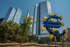 Центр города Франкфурта и знак евро Стоковая Фотография
