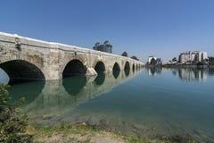 Центр города Adana, расположенный на банках реки Seyhan, самая большая мечеть в Турции стоковое изображение