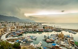 Центр города Kirenia исторический, взгляд к Марине с яхтами и b стоковое изображение rf
