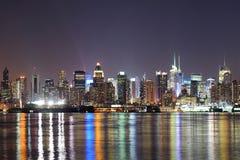 Центр города New York City Манхаттан на ноче Стоковое Фото