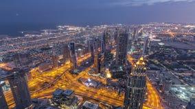 Центр города timelapse ночи Дубай перед восходом солнца Вид с воздуха с башнями и небоскребами акции видеоматериалы