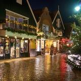 Центр города Volendam в ночи рождества стоковые изображения rf