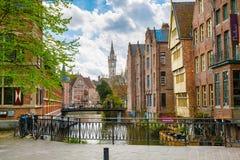 Центр города Гента с каналом, башней с часами, средневековыми зданиями, Бельгией стоковое изображение rf
