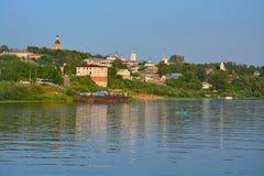 Центр города и пристань с пляжем на реке Oka в городе Kasimov, России Стоковое фото RF