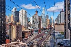 Центр города Манхаттан от фуникулярного острова Рузвельта, центра города Манхаттана, Нью-Йорка Стоковая Фотография RF