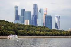 Центр города Москвы Ветрила туристического судна вдоль зданий Стоковые Фото