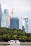 Центр города Москвы Ветрила туристического судна вдоль зданий Стоковые Изображения