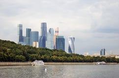 Центр города Москвы Ветрила туристического судна вдоль зданий Стоковое Изображение