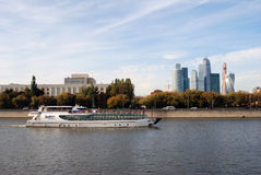 Центр города Москвы Ветрила туристического судна на реке Москвы Стоковая Фотография RF