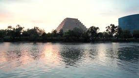 Центр города около озера сток-видео