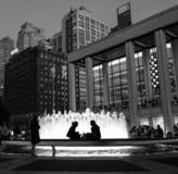 Центр Линкольна с фонтаном и peope вечером стоковые фотографии rf