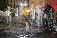 Центр ночи в городке Petrich - фонтане против Chitalishte квадрата стоковое изображение