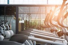 центр объекта фитнеса, интерьер спортзала, оздоровительный клуб с спорт t стоковая фотография