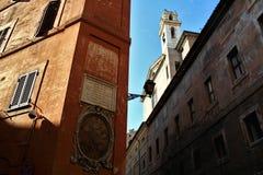 Центр Рима исторический: папская надпись и значок стоковые фотографии rf