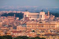 Центр Рима на взгляде захода солнца алтара отечества стоковое фото rf