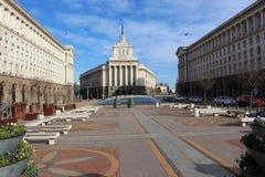 Центр Софии - 5-письма или бывшего министерства, которое подготавливает построить в национальном собрании - болгарский флаг стоковые изображения