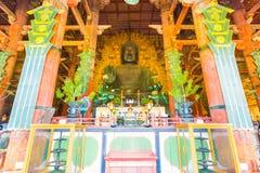 Центр статуи Daibutsu Будды внутри Daibutsuden h Стоковые Фотографии RF