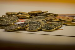 Центы евро монеток на бумажном счете 50 евро накрените веревочка примечания дег фокуса 100 евро 5 евро Стоковая Фотография