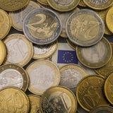 Центы евро монеток на бумажном счете 50 евро накрените веревочка примечания дег фокуса 100 евро 5 евро Стоковое фото RF