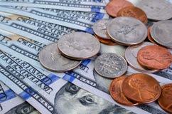 Центы различных деноминаций na górze 100 долларовых банкнот Стоковая Фотография