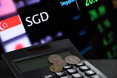 Центы Сингапура чеканят SGD на черном калькуляторе с цифровой доской предпосылки денег валютной биржи стоковая фотография rf