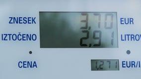 Цены газа поднимая для потребителей на насосах Повышения цены на экране насоса станции, электронном дисплее для тепловозного газа сток-видео