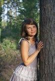 Цены маленькой девочки в древесине стоковые изображения rf
