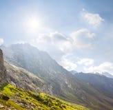 Цепи высокой горы и солнце искры стоковые фотографии rf