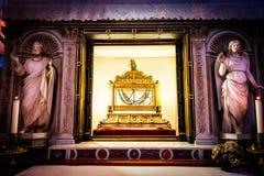Цепи в которых находился прикованный St Peter сдержаны в церков Сан Pietro в Vincoli в Риме стоковые изображения rf