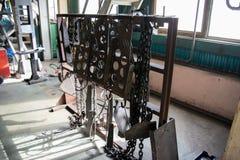 Цепи и вспомогательные инструменты металла в мастерской forge's промышленной стоковые фото